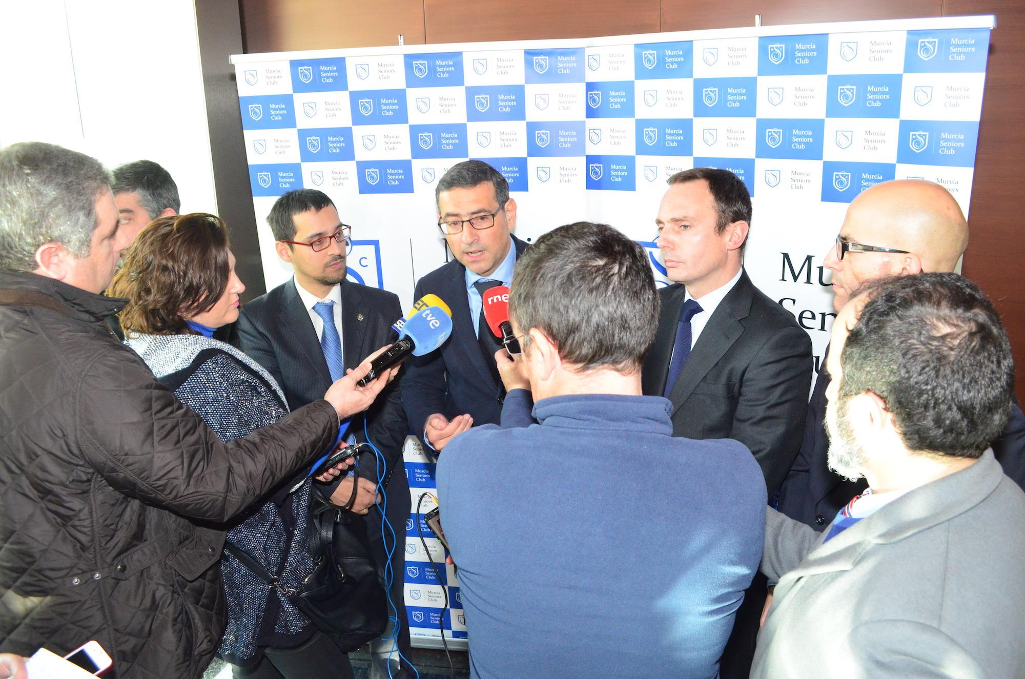 El presidente del Consejo Económico y Social analiza las fortalezas y las debilidades de la economía en el foro del Murcia Seniors Club
